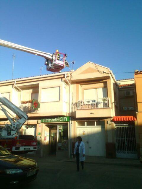 Rescate de un halcón y vuelco de un camión en Tomelloso