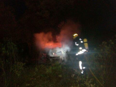 Incendio de un vehículo en el embalse el Vicario