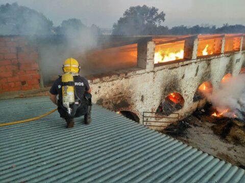 Incendio en nave agricola,300 pacas de paja que arden por completo